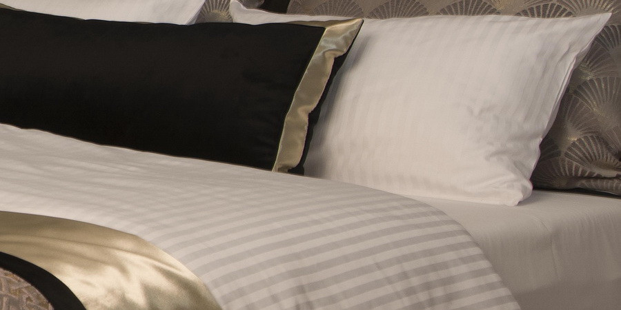 Pościel i ręczniki hotelowe.